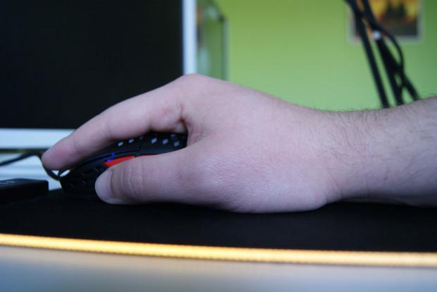 Palm grip - w tym przypadku dłoń leży na całej powierzchni myszy. Najpopularniejszy chwyt.