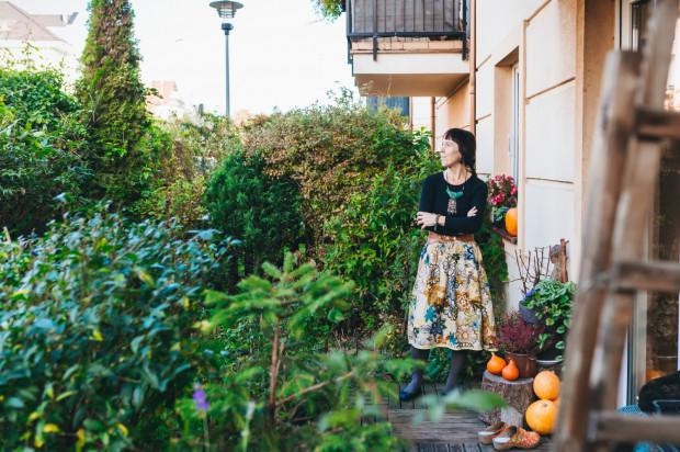 Agata Półtorak - wielbicielka przyrody i wyznawczyni ekologii głębokiej w swym przydomowym ogrodzie.