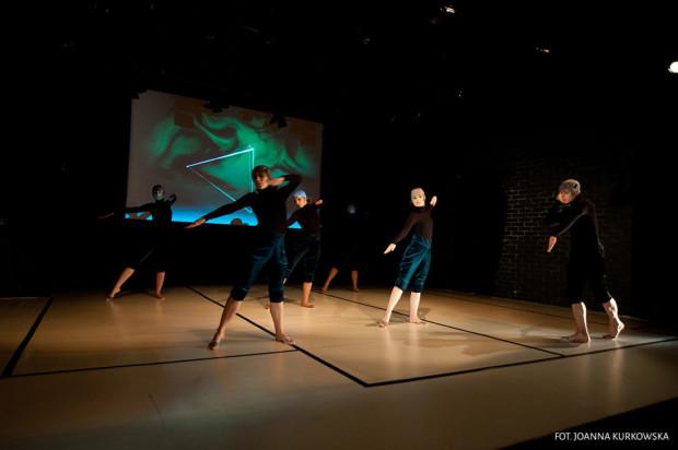 """Miłośników teatru czeka pokaz spektaklu """"Traktat o Estetyce. Technika defektów i skaz"""" w wykonaniu Sopockiego Teatru Tańca."""