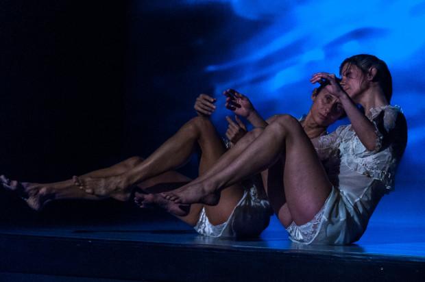 """Wśród spektakli tanecznych z Trójmiasta warto obejrzeć """"Przenikanie"""" Anny Haracz i Iwony Olszowskiej (na zdjęciu)."""