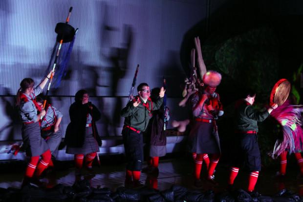 """Nowy Teatr w Warszawie proponuje tym razem obejrzenie spektaklu dla dzieci w wykonaniu integracyjnego Teatru 21 pt. """"Indianie"""". Spektakl oglądać można od niedzielnego południa przez 36 godzin."""