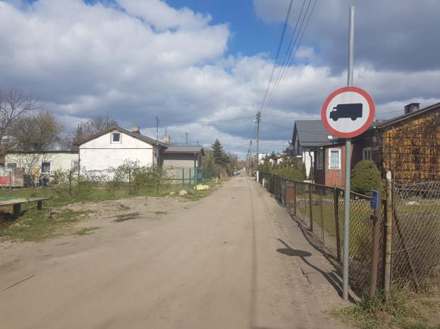 Na prośbę mieszkańców na ulicy pojawił się znak zakazu ruchu dla pojazdów ciężarowych.