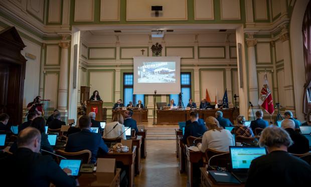 W kwietniu gdańscy radni nie spotkają się w tej sali obrad. Głosować będą zdalnie, za pomocą specjalnej aplikacji.