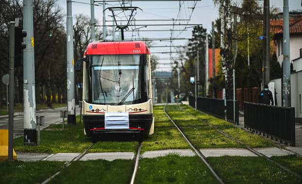 Symboliczną maseczkę dostał też tramwaj linii 6.
