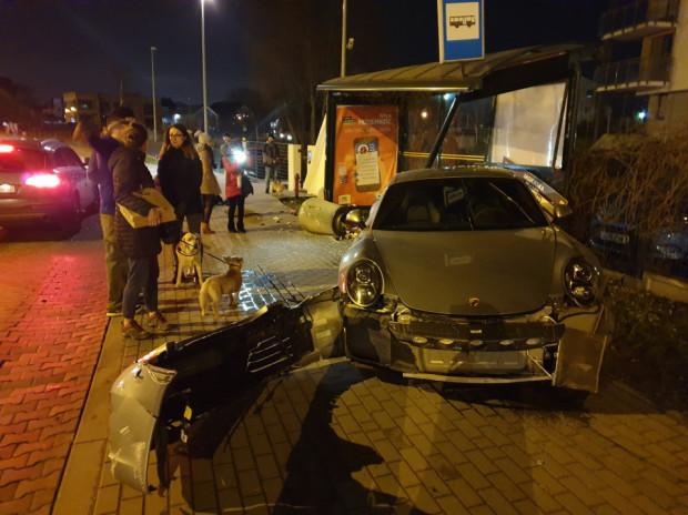 Kierowca porsche wjechał w przystanek. Lekko ucierpiała młoda kobieta.