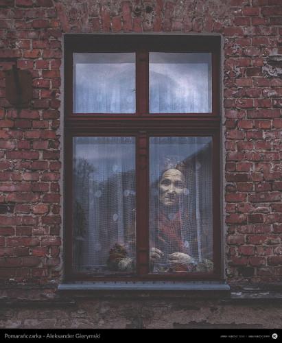 Bohaterowie sławnych obrazów nabierają nowego wymiaru, wyglądając zza szyb swoich nowych domów.