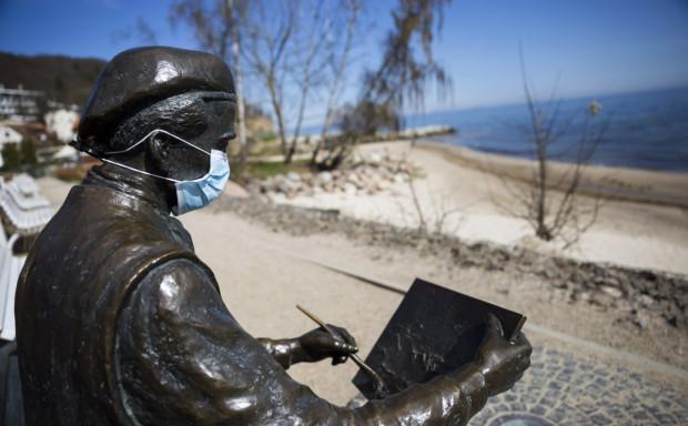 Gdyńskie pomniki od kilku dni zachęcają do noszenia maseczek.