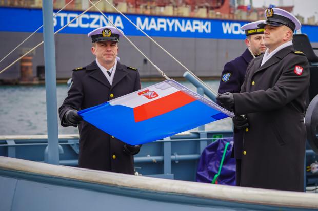 Uroczystość podniesienia bandery na holowniku ORP Gniewko.
