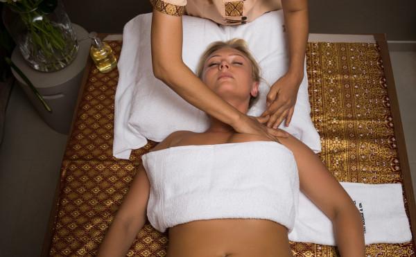 Kup teraz, skorzystaj za jakiś czas lub podaruj bon bliskiej osobie - to propozycja wielu salonów piękna i masażu w Trójmieście. Na zdjęciu: masaż Lomi Lomi Nui w Prana Spa.
