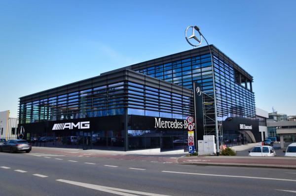 Salon Mercedes-Benz w pełnym wydaniu. Kilka dni temu do użytku oddano lewe skrzydło obiektu, w którym zaparkowały najszybsze w ofercie Mercedesy, a także auta elektryczne i hybrydowe.