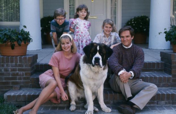 """""""Beethoven"""" to amerykański film familijny o sympatycznej rodzinie Newtonów, których codzienną rutynę niespodziewanie przerywa puchaty szczeniak."""