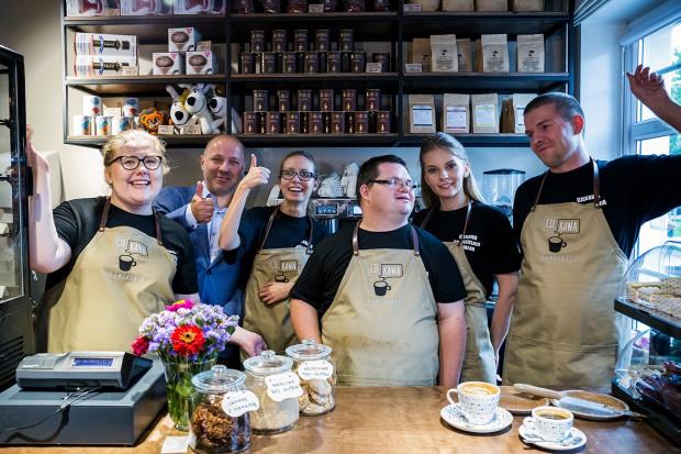 cieKAWA kawiarnia mieści się przy ul. Świętojańskiej 68 w Gdańsku, gdzie zatrudnione są osoby na stanowisku barista-kelner.