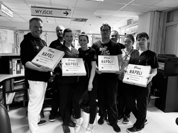 Pizzeria wspomaga również personel medyczny ciepłymi posiłkami.