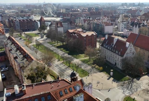 Teren przy Podwalu Staromiejskim w Gdańsku, na którym ma powstać podziemny parking.