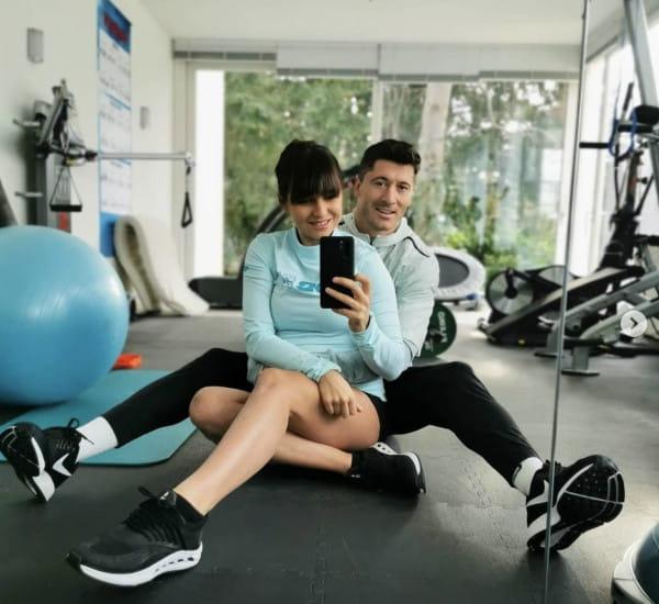 Anna i Robert Lewandowscy motywują Polaków do regularnej aktywności fizycznej ze swojej domowej siłowni.