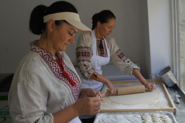 Pierogi wyrabiane są ręcznie, według domowych receptur.