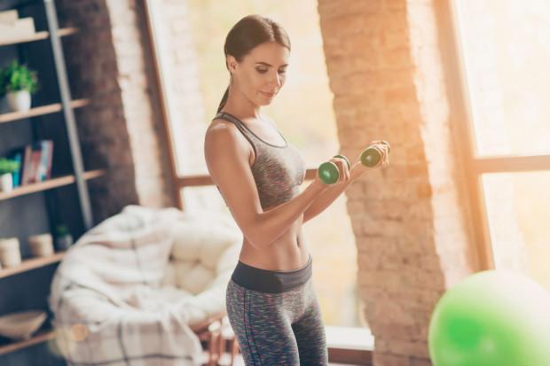 Na początku przygody z aktywnością fizyczną w domu nie potrzebujemy profesjonalnych urządzeń. Zamiast hantli można użyć np. butelek z wodą. Jeżeli jednak planujemy regularne treningi, warto zaopatrzyć się w kilka akcesoriów sportowych.
