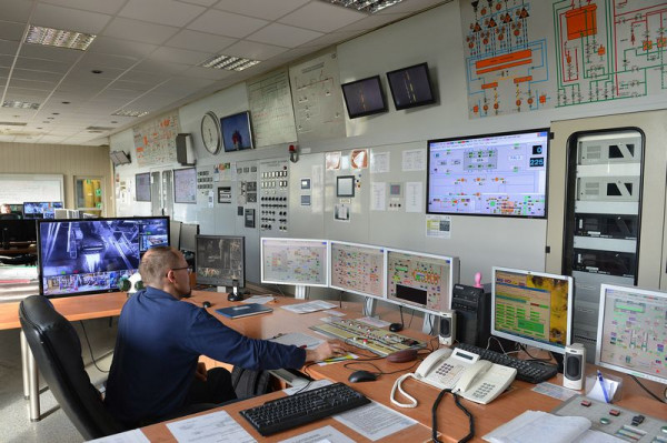 Sterownia w Elektrociepłowni Gdynia. Jej pracownicy nie mogą wykonywać swoich obowiązków, siedząc przy komputerze w domu.