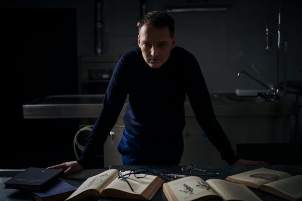 """Piotr Borlik to autor trylogii kryminalnej: """"Boska proporcja"""", """"Materiał ludzki"""" i """"Białe kłamstwa"""", która została bardzo dobrze przyjęta przez czytelników i krytyków."""