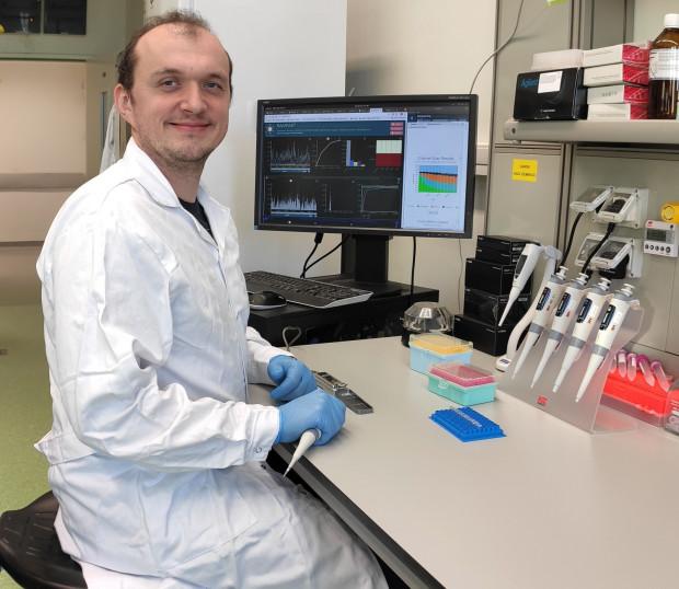 Doktor Łukasz Rąbalski z Uniwersytetu Gdańskiego jako pierwszy wyizolował i udostępnił naukowcom z całego świata sekwencję genetyczną wirusa SARS-Cov-2 pobranego od pacjenta z Polski.