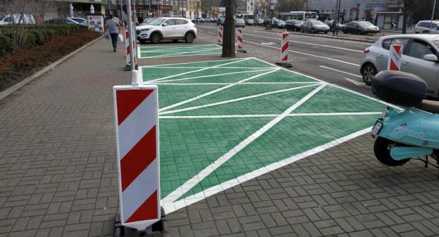 Gdynia wspiera elektromobilność. Przed Dworcem Głównym są np. specjalne miejsca parkingowe dla samochodów elektrycznych.