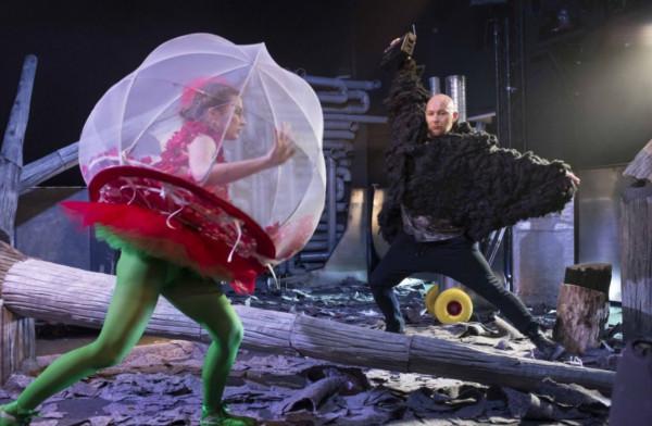 """Wrocławski Teatr Lalek w niedzielę o godz. 15 zaprezentuje przedstawienie """"Ziemianie"""" w reżyserii Leny Franckiewicz."""