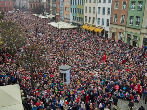 Jeszcze nigdy w historii Gdańska nie zamieszkiwało tak wielu mieszkańców. Według Głównego Urzędu Statystycznego na koniec 2019 r. było to 470 907 osób. Zdjęcie przedstawia wspólne zdjęcie gdańszczan wykonane 11 listopada 2018 r.