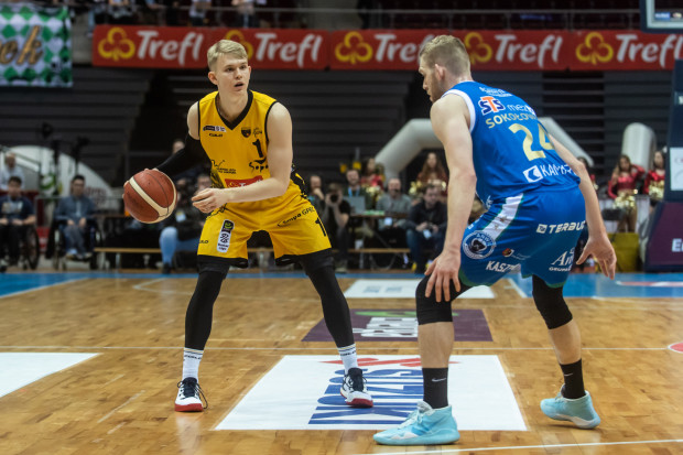Łukasz Kolenda (z lewej) rozegrał 22 spotkania dla Trefla Sopot w tym sezonie Energa Basket Liga. Przy niespełna 20 minutach gry, zdobywał średnio 8,7 punktu i notował 2,5 asysty.