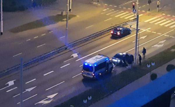 Policjanci po krótkim pościgu zatrzymali BMW. Na tylnym siedzeniu znaleziono biały proszek - prawdopodobnie kokainę.