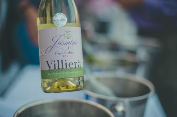 """- """"Królowa jest tylko jedna - Villiera Jasmine"""", zwane potocznie winem jaśminowym. To biała, półwytrawna, winno-wybuchowa mieszanka szczepów Muscat, Riesling i Gewurztraminera. Świetnie łączy się z posiłkami i doskonale sprawdza podczas chwil relaksu na tarasie w upalny dzień. Stąd często nazywamy je winem tarasowym - mówi Wojciech Lazarowicz."""