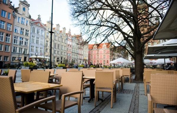 W tym sezonie stoliki w ogródkach gastronomicznych na pewno nie mędą mogły stać tak blisko siebie. Gdańsk już pracuje nad nowymi zasadami dla branży gastronomicznej, będą m.in. obniżki stawek za prowadzenie ogródków.