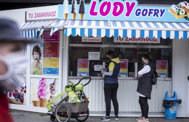 """Właściciele """"małej gastronomii"""" zastanawiają się, czy noszenie maseczek nie wpłynie na działalność ich biznesu. Zdjęcie ilustracyjne."""