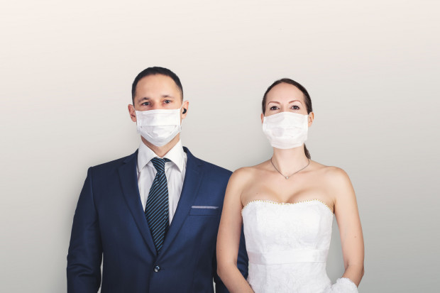 Zgodnie z aktualnymi przepisami śluby w Polsce odbywają się z ograniczoną liczbą gości.