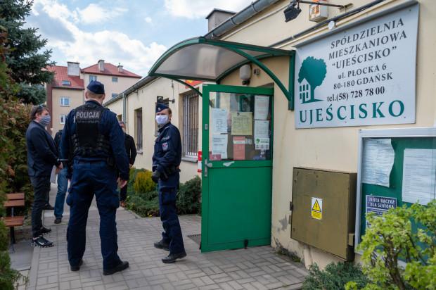 Po nieudanej próbie wejścia nowego zarządu do budynku  wezwana została policja, która przez wiele godzin zabezpieczała trwające przepychanki i negocjacje.