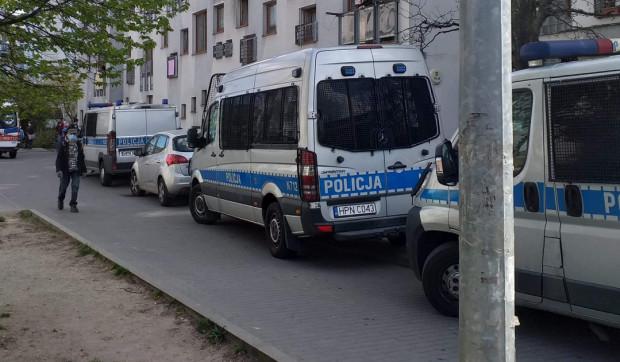 Jeden mężczyzna nie żyje, a drugi został ranny po ataku nożem, do którego doszło w piątek, 24.04, na jednej z klatek schodowych przy ul. Okrzei w Gdyni.