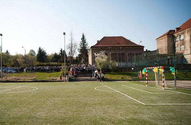 Od 4 maja udostępnione zostaną obiekty sportowe otwarte, jak np boiska piłkarskie, ale maksymalnie dla 6 osób równocześnie oraz przestrzegających określone względy bezpieczeństwa.