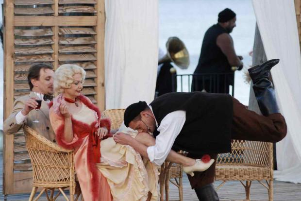 """Musical """"Zorba"""" należał do najbardziej lubianych i najdłużej granych produkcji Teatru Miejskiego w Gdyni, przygotowanych na Scenie Letniej w Orłowie."""