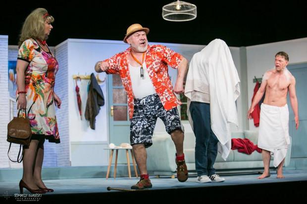 """Nagranie farsy """"Mayday 2"""", czyli drugą część przygód taksówkarza-bigamisty udostępni Nowy Teatr w Słupsku."""