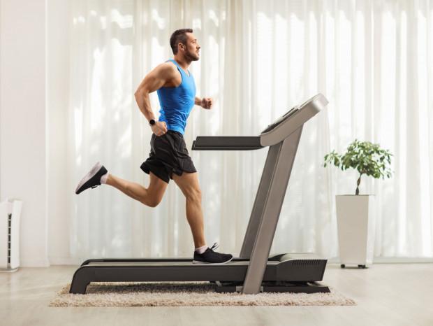 Wielką zaletą ćwiczenia w domu jest możliwość wybrania dowolnego dnia i godziny - nie trzeba już spieszyć się na siłownię, by zdążyć na zajęcia.