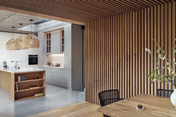 Głównym materiałem wykończeniowym jest drewno.