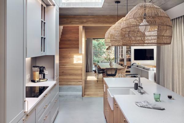Kuchnia, która znajduje się w centralnym punkcie domu, między częścią dzienną a prywatną, łączy domowników.