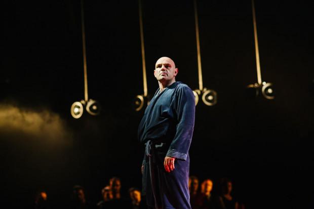 """Spektakl """"Broniewski"""" w reżyserii Adama Orzechowskiego będzie można oglądać przez internet przez cały maj."""