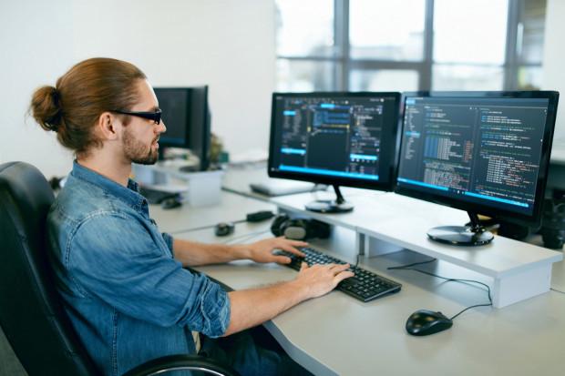 Zastanawiasz się nad zmianą kariery? Rynek IT daje wiele możliwości na zdobycie kompetencji i zmianę dotychczasowej pracy. To też branża, w której stale szuka się nowych pracowników.