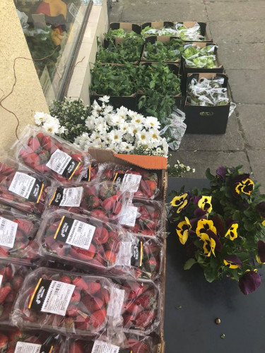 Odzyskano kilkanaście kartonów świeżych truskawek oraz cięte kwiaty.