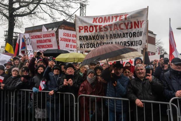 Rybacy tzw. rekreacyjni od kilku miesięcy domagają się rekompensat za zakaz połowu dorszy. Na zdjęciu: Pikieta, która odbyła się w Puck w lutym tego roku. Wówczas odbywały się tam oficjalne uroczystości 100-lecia powrotu Pomorza do RP i zaślubin Polski z Bałtykiem.