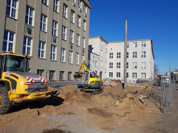 Praca przed Uniwersytetem Morskim wre. Plac będzie gotowy w czerwcu.