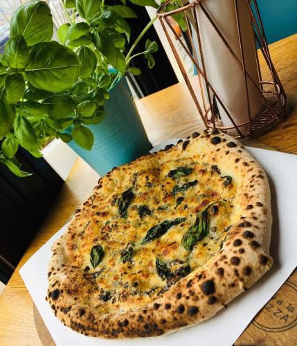 Aby pizza z pieca była lekka, chrupiąca i prawdziwie włoska, potrzeba umiejętności i pracy.