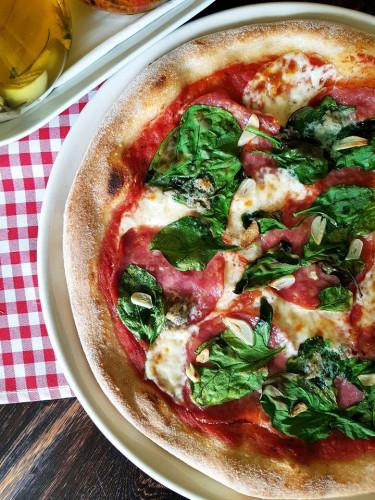 Podstawą każdej pizzy jest sos z włoskich pomidorów pelati oraz mozzarella.
