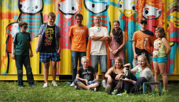 Młodzież biorąca udział w warsztatach ze street-artu z brytyjskim artystą STIKiem podkreśla, że nie można mylić streetartu z wandalizmem.