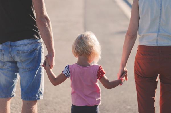 To rodzice zapewniają swoim dzieciom poczucie bezpieczeństwa. Nawet jeśli dorośli odczuwają niepokój i stres, nie powinni pozwolić, aby negatywne emocje przelewały się na dzieci.